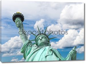 Статуя свободы на фоне облаков