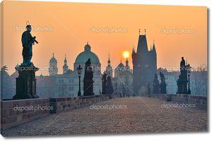 Восход солнца над Прага - смотреть от Карлова моста