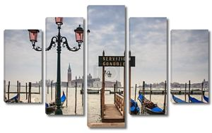 гондолы в Венеции в лагуну с церковью на фоне