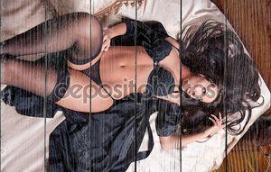 Красивая и сексуальная брюнетка молодая женщина носить черное белье на кровати. Мода стрелять белье крытый. Сексуальная Молодая девушка в черном белье в отеле