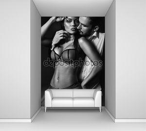 Привлекательная сексуальная пара в темной комнате
