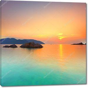 Солнце садится за морской горизонт