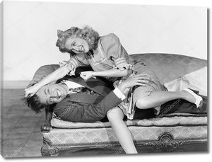 Игривая борьба на диване