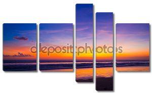 Тропический закат на пляже.