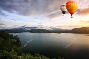 воздушные шары, плавающие над озером