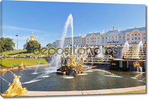 Большой каскад фонтанов в Петергофе солнечный летний день
