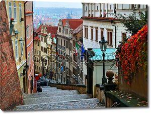 Старая городская улица со ступеньками