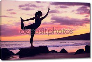 Женщина йогой на пляже на закате