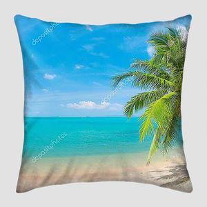 Пальма на тихом пляже