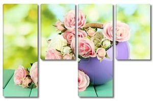 горшок с цветами на деревянный стол на фоне природы
