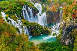 Подробный вид красивых водопадов на солнце в Национальный парк Плитвицкие озера, Хорватия
