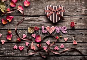 любовь слова с подарочной коробкой сердечной формы
