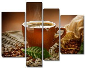 Чашка ароматного кофе рядом с зернами
