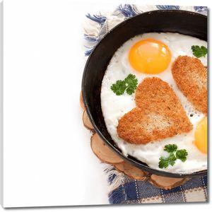 Завтрак с яичницей и тостами