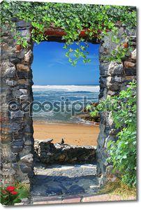 Каменная арка с выходом на море