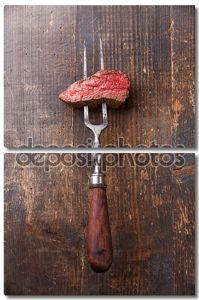 Стейк из говядины на мясо вилкой
