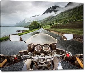 Байкер едет на мотоцикле в дождь