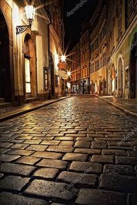 Узкая аллея с фонарями в Праге в ночное время