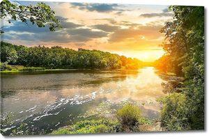 Закат над рекой в лесу