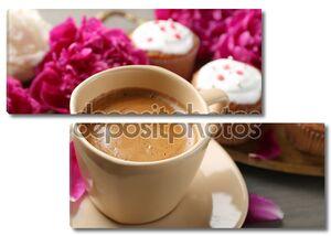 Композиция с чашкой кофе, булочки и пион цветы на фоне деревянные