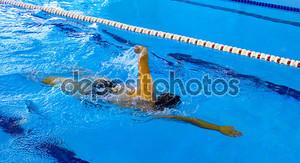 молодой пловец