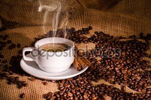 Белый кофе и кофейные бобы вокруг