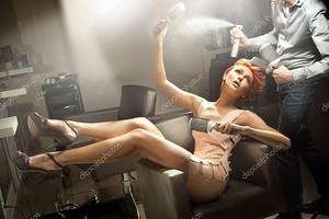 Молодая женщина позирует в парикмахерской