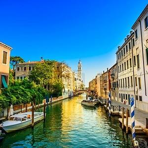 Закат в Венеции в Сан Джорджо деи Гречи воды канала и церковь campanile. Италия
