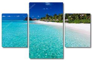 Пальмы над лагуной и белый песчаный пляж