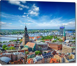 Вид с воздуха центра Риги от Святого Петра Церковь, Рига, Латвия