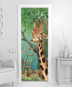 Жираф в саду