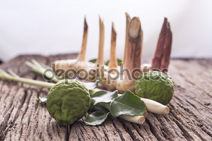Травы и специи на деревянном фоне