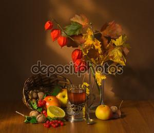 Осенние фрукты и чай