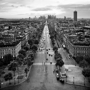 Вид на закат с триумфальной арки в Париже