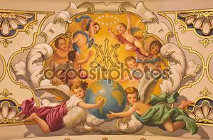 Севилья, Испания - 29 октября 2014: ангелы фрески и монограмма девственницы Мэри на потолке в церковной базилике de la макарена rafael rodrguez (1949) в неостиле барокко.