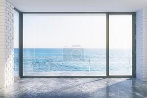 Пустой лофт с конкретным полом и видом на океан