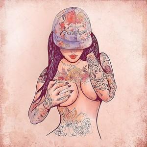 Случайные девочка в шапку и татуировки