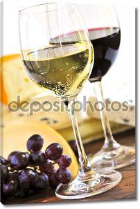 Вино в бокалах и сыр