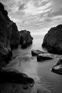 красивый пейзаж, океан и скалы на закате, черный и белый я