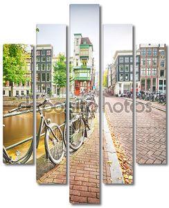 пустой улице в Амстердаме