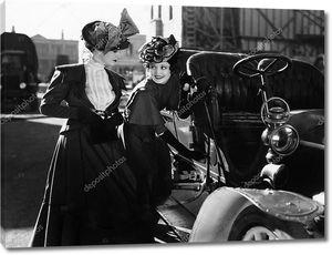Две женщины у автомобиля
