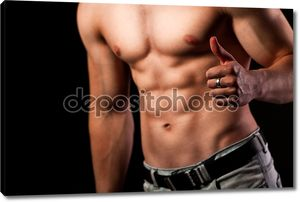Мускулистый мужчина с ОК знак