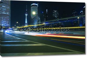 Легкие трассы на фоне современное здание в Шанхай, Китай
