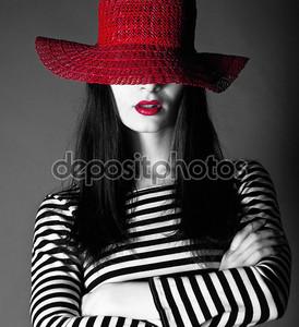 Сексуальная девушка в красной шляпе с красными губами