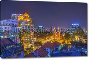 Закат и восход солнца в Ночная точка зрения собор Нотр-Дам (Сайгон Базилика Нотр-Дам), центре города Хошимин, Вьетнам, учрежденный французских колонистов