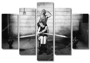 Женщина, сидящая на гребном тренажере