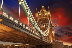 знаменитый Тауэрский мост ночью, видно из Башня Лондона, Великобритания