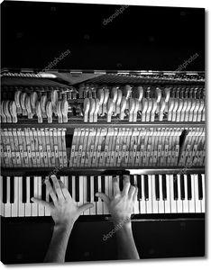 пианист руки на старых фортепианной клавиатуры в черно-белом