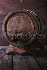 Баррель на деревянном столе