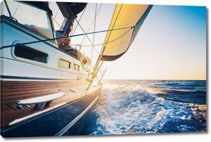 Стремительно идущая яхта в море